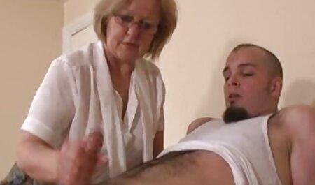 Jovem, gostoso, safado, tendo um pau grande em seu peludo bolso da piscina porno na academia