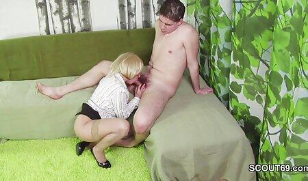 Rica puta peituda está à procura de novas impressões de sexo em grupo novinha dando bem gostoso com dois homens negros com paus grandes mfm