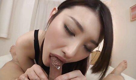 Tatuagem Mom sobre se masturbando pornô comendo a cunhada ela suculento fenda com vermelho vibrador