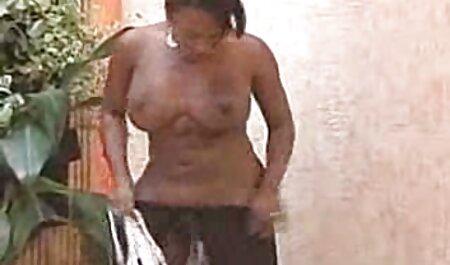 Uma jovem modelo pornô acariciando sua buceta dela fudendo com a madrasta e levando o pau do cara na boca dela