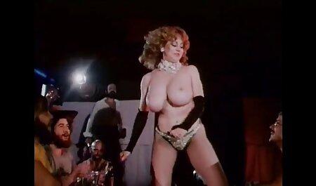 Uma menina em óculos fode com um vídeo de pornô só de mulher cara imediatamente quando ele veio para