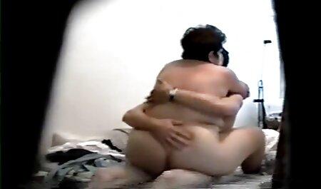 Apetitoso menina fodida fudendo a madrasta gostosa em rasgado Meia-calça