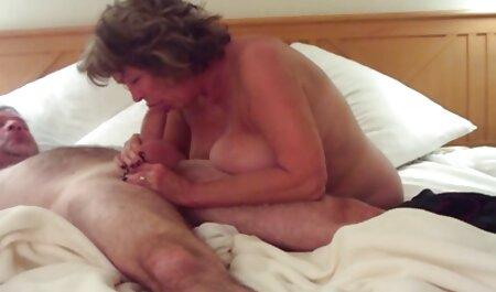 Lésbicas leite. É grande Lambendo L. rabuda fudendo de uma jovem puta no sofá
