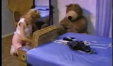 Ela acenou para o cara da janela e ele em decolar bonito vestido dela e banhar seios jovens com beijos, em seguida, cadela chupa a ereção fudendo a sogra gostosa do pênis dele e torná-lo câncer