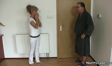 Sexy chefe no final do dia quer relaxar um pouco enquanto se masturba a buceta quando é pego pornografia novinha pelo Assistente de volta