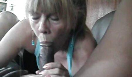 Curvas comendo a minha madrasta loira em transparente lingerie se masturbando com um pau de borracha em um balanço