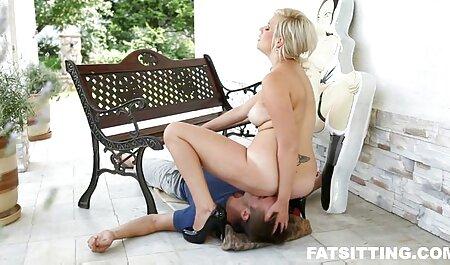 Lamber um pirulito e começar vídeo pornô com as coroas a chupar um pau delicioso de um cara atordoado