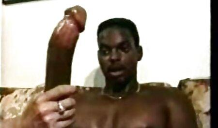 Modelo pornô xvideo coreana aberto ampla strap-on com um homem branco