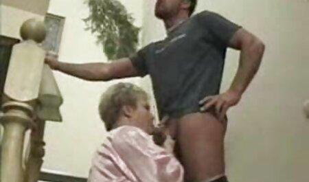 Uma jovem garota negra merece uma foda na bunda mulher dando o cu com o comportamento dela