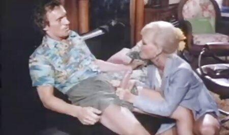 Menina com vidro pornor coroas jogando uma role de uma quente cadela obtendo esperma em dela face