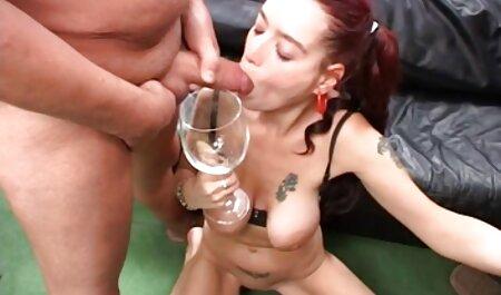 Apaixonado vídeo pornô morena ébano cadela fica bem em um suporte branco Torneiras