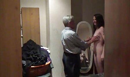 Dois brincalhão estrela pornô oferece pornô de novinha às pessoas uma sacanagem Sexo em grupo