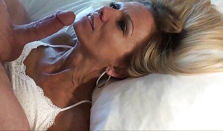 Uma jovem russa madura com luvas e videos de sexo com mulatas executando o dedo em seu peludo L.
