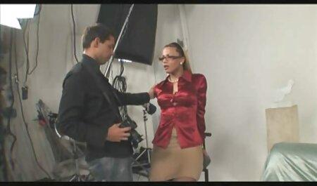 Virgem quente com peitos agradáveis filme pornô de negra brinca com seu clitóris na câmera