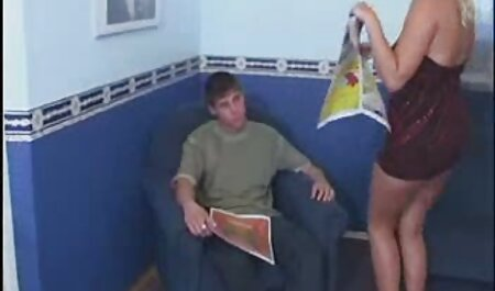 Apenas duas meninas começam a abraçar no quarto quando a mãe de um deles aparece imediatamente e quer punir ambos, mas a menina convencido na medida em que ela decidiu se juntar a eles novinha fudendo em uma orgia lésbica inveja.