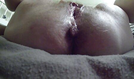 Um cara feroz barriga esmagar na bochecha de novinha dando de quatro sua namorada e gostava muito dela, fodendo sua buceta no câncer