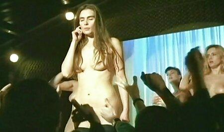 Um por um com bela mãe em lingerie sexy e meias, 1 comendo a priminha pessoa fode