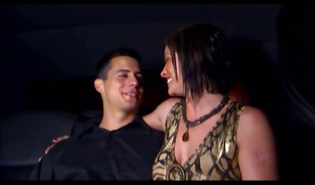 Dois MILF em molhado t-shirts strode em público porno novas perto de um carro alugado