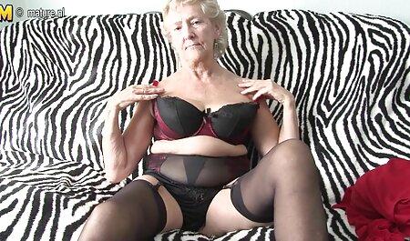 Massagem pau, profundo, para a beleza com grandes seios naturais e lesbicas se esfregando um grande pedaço de bunda